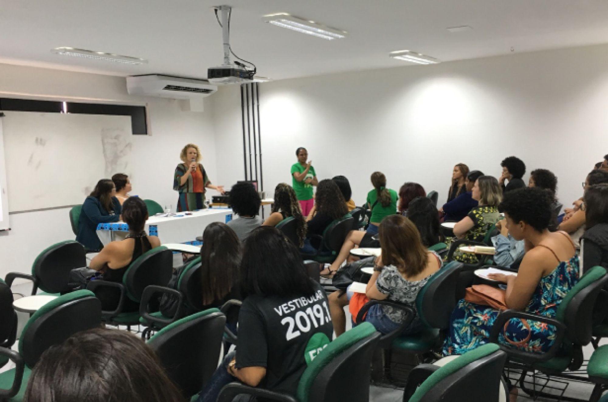 Estudantes e colaboradores discutem sobre relacionamento abusivo