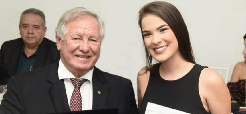 Estudante recebe prêmio da Associação Médica de PE